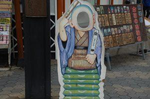 浅草六区ブロードウェイ 話神の顔ハメ看板