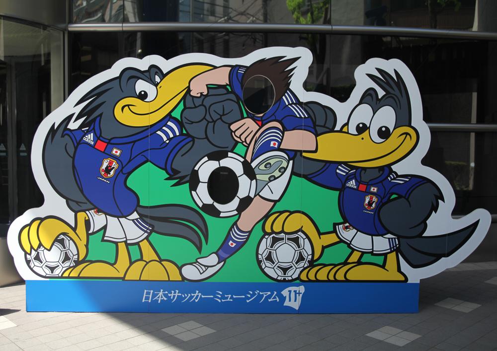 ヤタガラスとサッカー選手の顔出しパネル