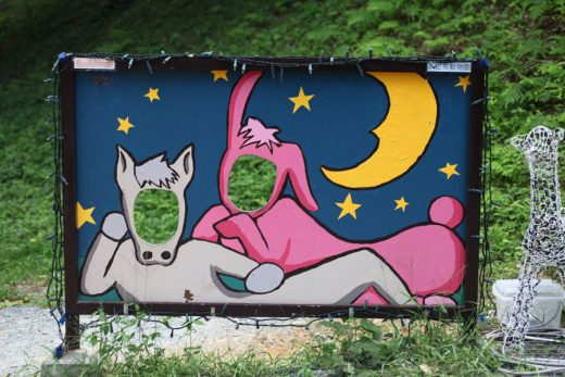 夜の馬とウサギの顔ハメ看板
