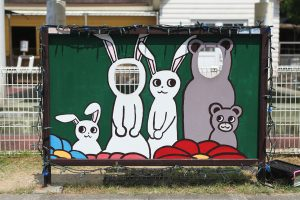 ウサギとクマの顔出しパネル