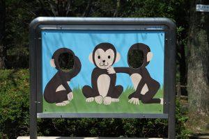 サルのイラスト顔出しパネル