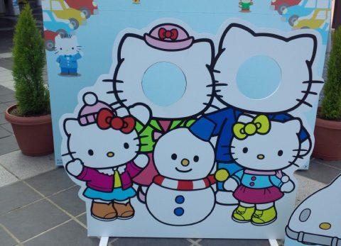 キティーちゃんと雪だるまの顔ハメ看板