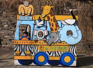 バスに乗った動物たちの顔ハメ看板