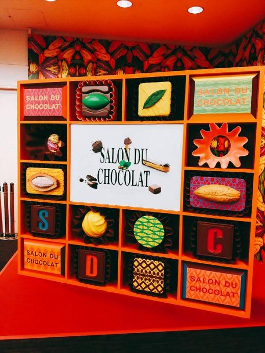 チョコアソートを模した顔出しパネル