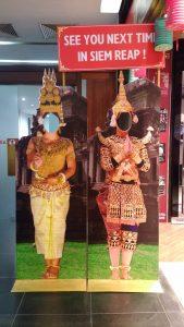 カンボジア民族衣装の顔出しパネル
