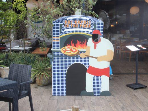 ピザを焼く料理人の顔ハメ看板